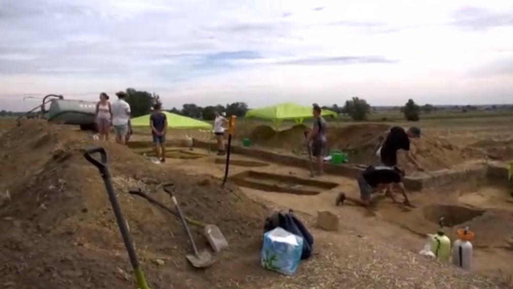 Vzácny objav. Farmár počas zberu zemiakov natrafil na pohrebisko staršie ako pyramídy
