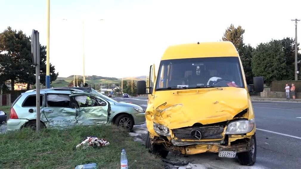 Desaťčlennej ukrajinskej posádke skrížilo cestu osobné auto. Stav jednej zo žien je kritický