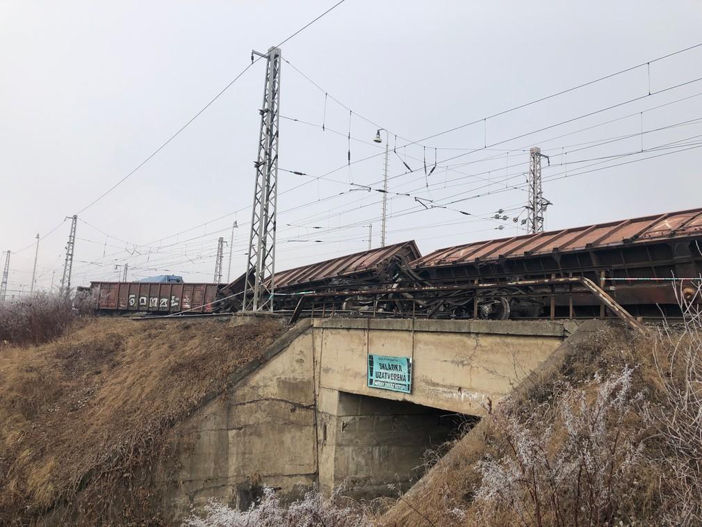FOTO: Železničiari hlásia meškania vlakov. Vykoľajené vagóny sa nepodarilo zatiaľ odstrániť