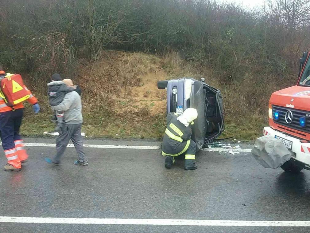 Pri nehode na východe Slovenska sa zranilo 5 ľudí. Auto skončilo prevrátené