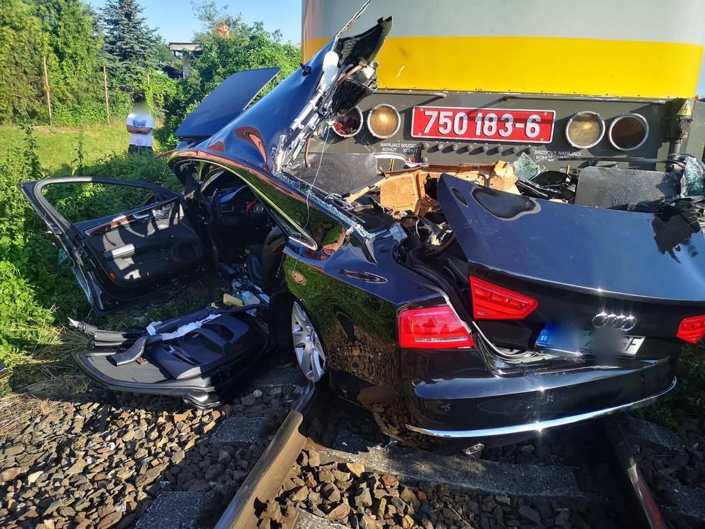 Vážna nehoda na železničnom priecestí: Vlak tlačil auto pred sebou stovky metrov