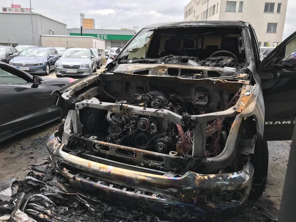 Podpaľač zapálil luxusné autá