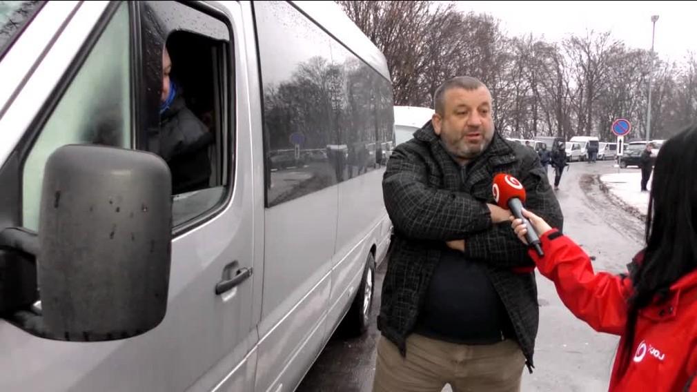 [multi] Cesta na Ukrajinu môže trvať hodiny. Tvoria sa kilometrové kolóny 585