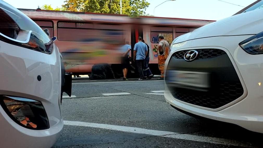 Vykoľajená električka skomplikovala situáciu v Bratislave. Dôvody nehody sú kuriózne