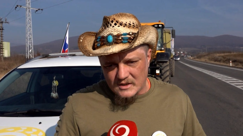 Farmári opäť začali protestnú jazdu na traktoroch. Smerujú do Bratislavy