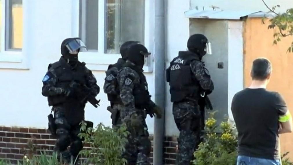 Nové Zámky - kukláči vtrhli do domu útočníkov, ktorí dobili muža