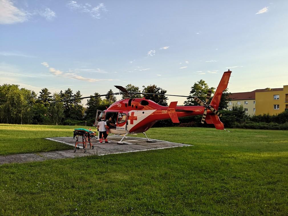 Vážna nehoda v Lučenci: O život prišli dve osoby, na mieste zasahoval vrtuľník