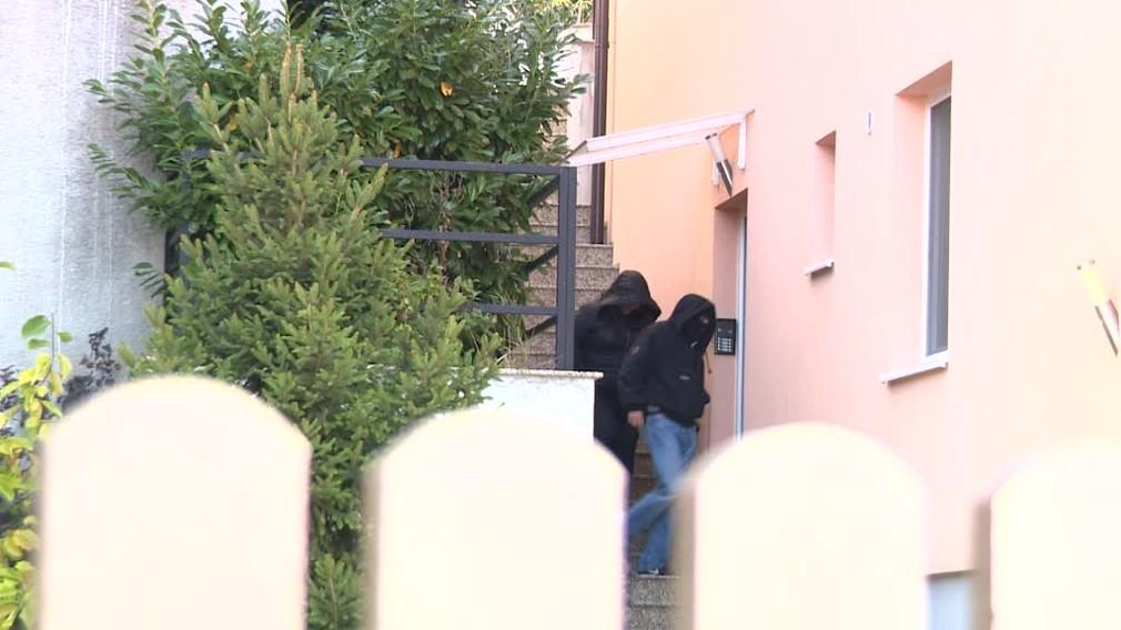 Razia na západnom Slovensku. Policajti zadržali muža, ktorý má v Bratislave podnikať v stavebníctve