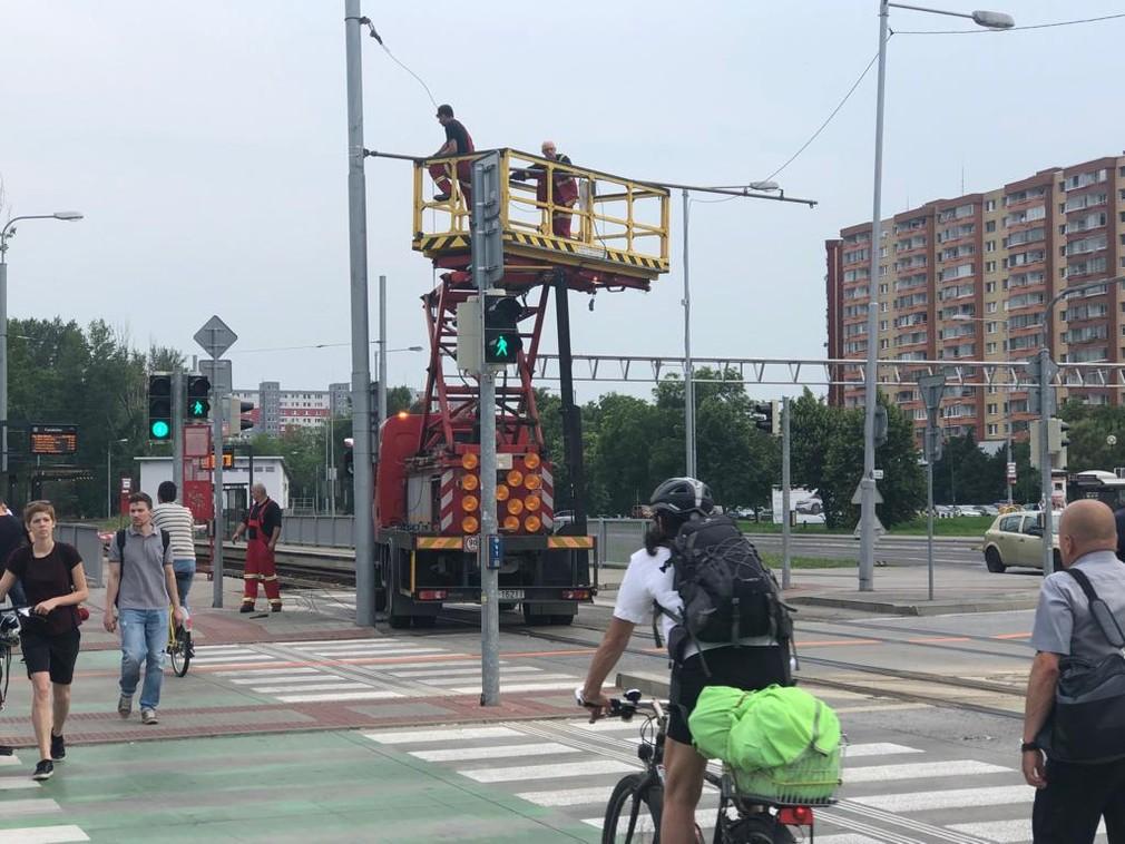 Nehoda ochromila električkovú dopravu v Petržalke. Trakčné vedenie je poškodené