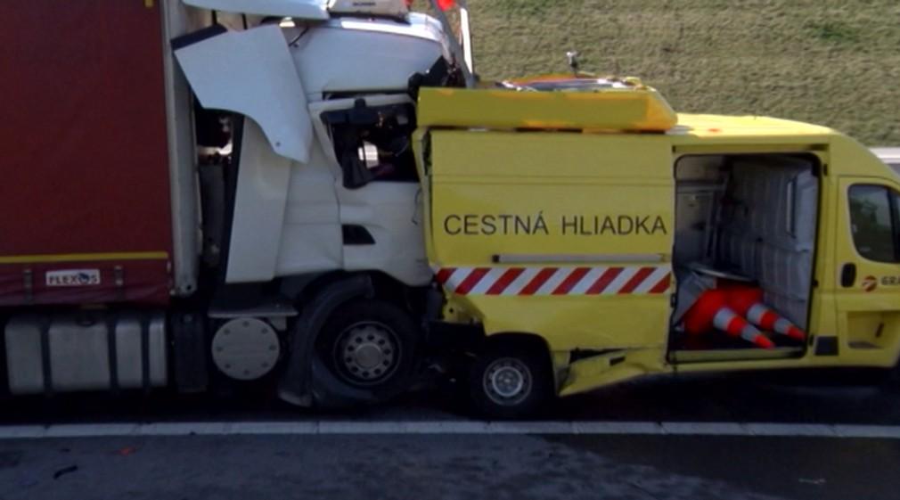 Odstavené vozidlo cestnej hliadky nabral kamión