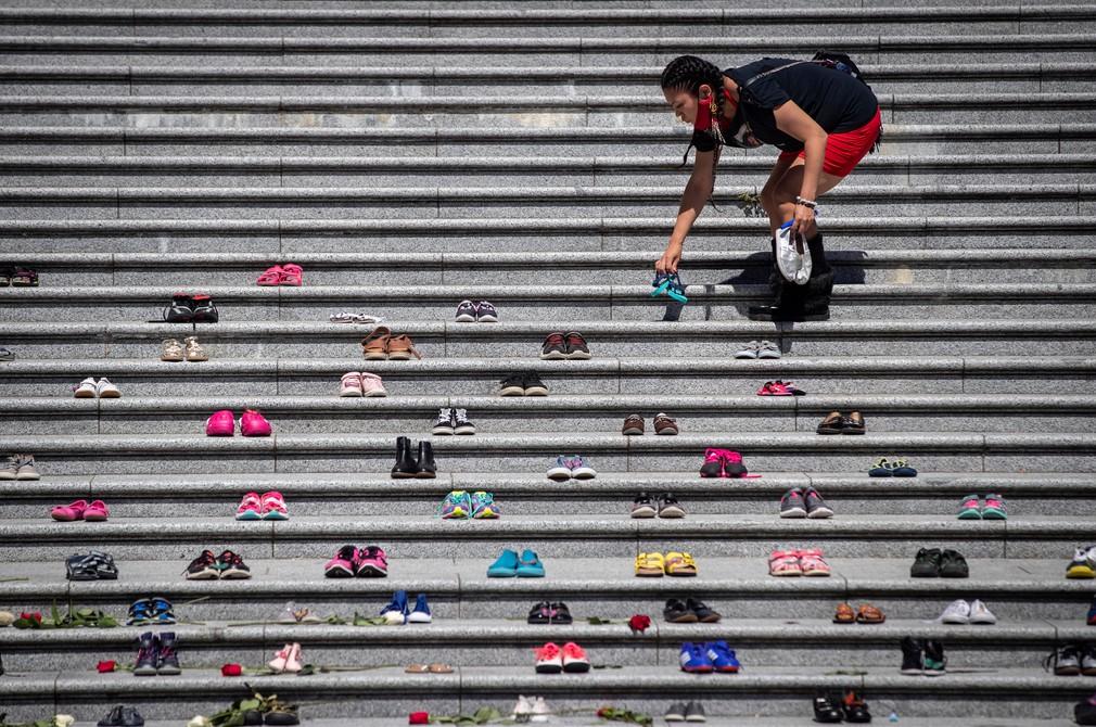 Páry topánok pred kostolom na pamiatku nájdených pozostatkov 215 detí