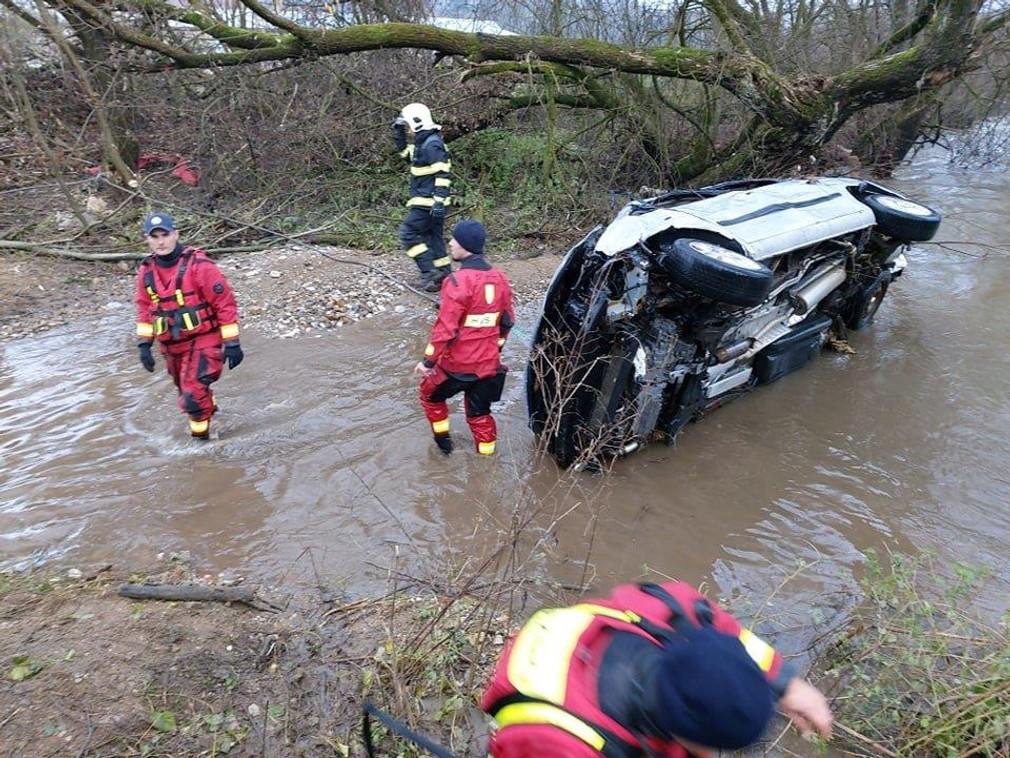 Tragédia v Revúcej: Záchranári našli vrak auta a dve telá v rieke