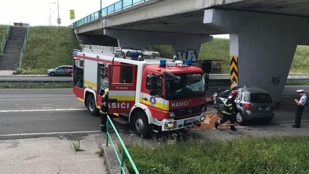 Smrteľná nehoda na vjazde do Bratislavy. Vodič v plnej rýchlosti nabúral do betónového piliera