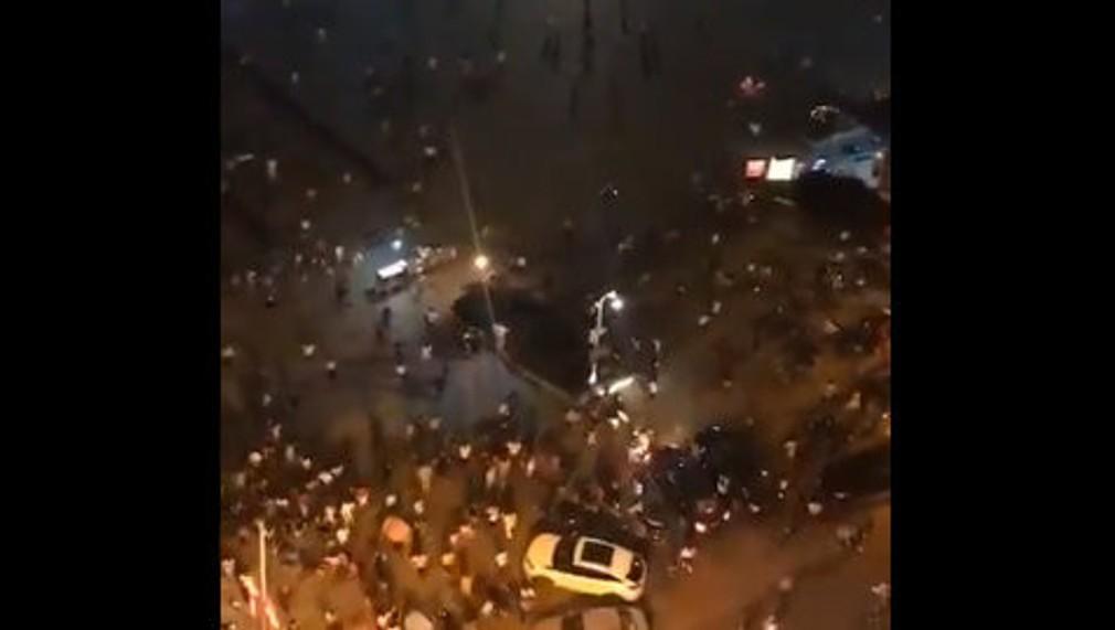 dav ľudí na námestí po útoku na aute