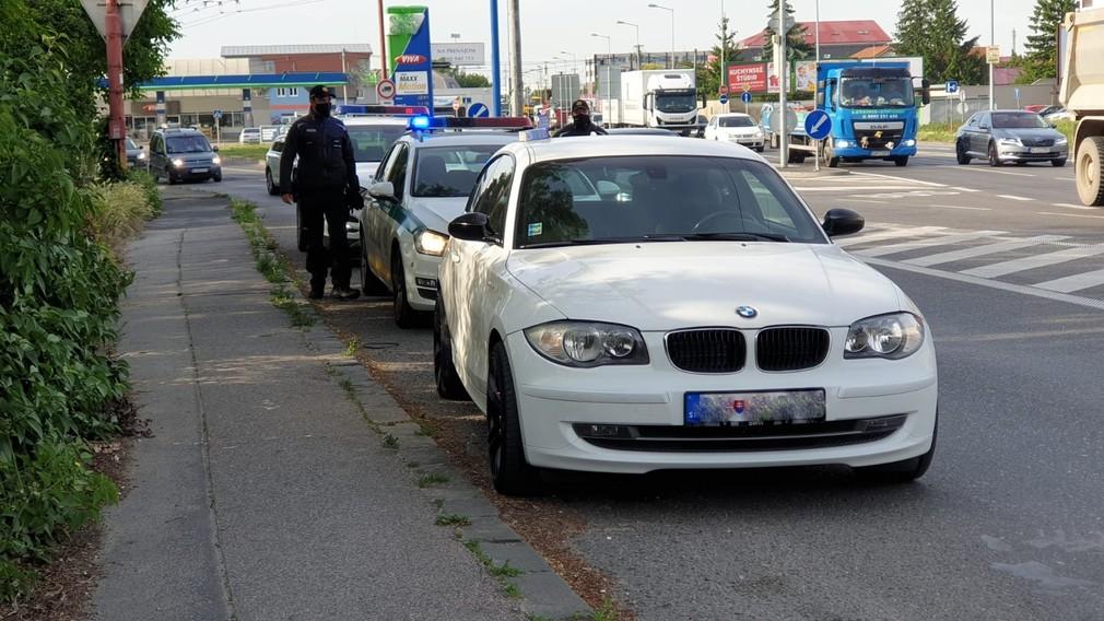 Polícia zasahuje v Bratislave. Pre podozrenie z drogovej činnosti zadržali ženu