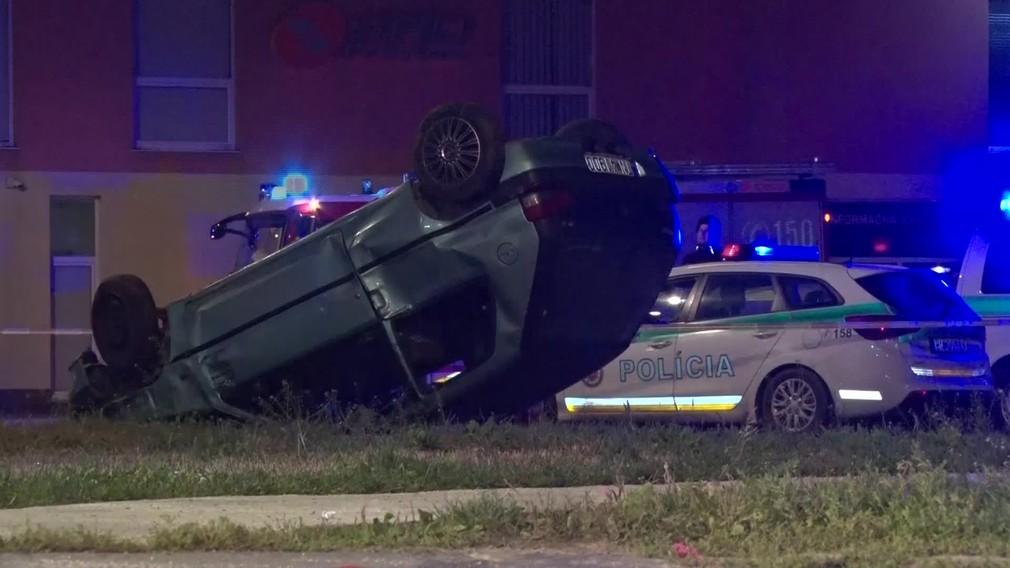 [multi] Policajná naháňačka skončila vážnou nehodou. Mladík (17) zrazil troch tínedžerov 1543