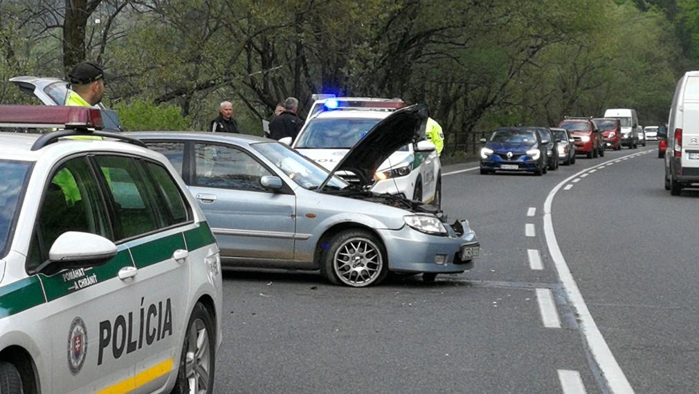Policajná naháňačka pri Ružomberku. Na unikajúceho vodiča vytiahli zbraň