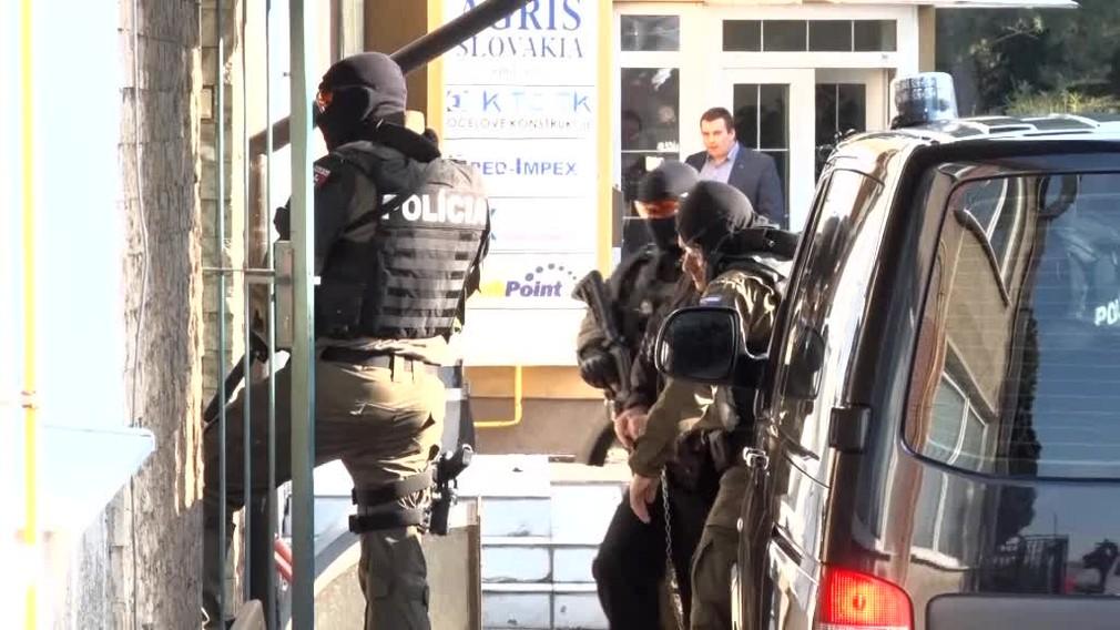 [multi] VIDEO: Na NAKA vypovedal Tomáš Szabó. Priviezla ho ozbrojená eskorta 4710