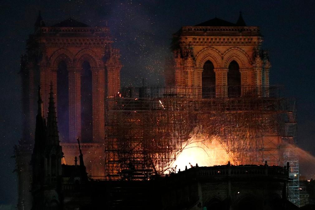 Katedrála Notre Dame v plameňoch