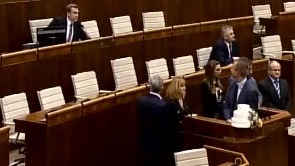 Otvorenie schôdze NR SR. Poliačik, Beblavý, Mihál blokujú rečnícky pult