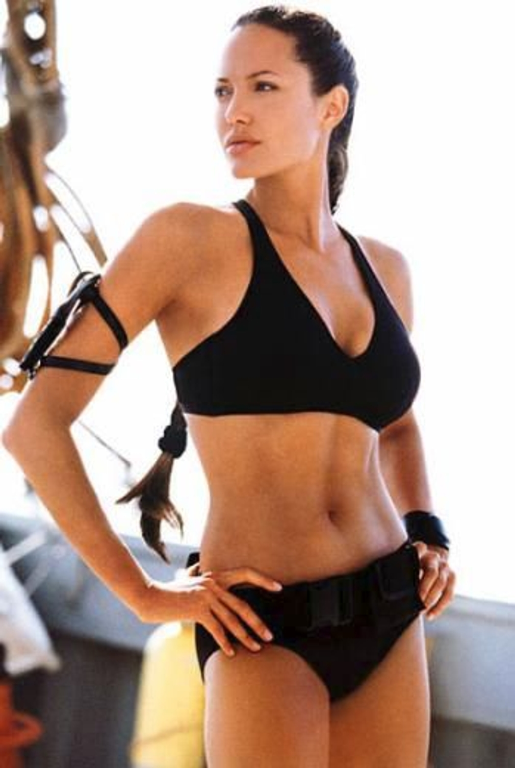 2001 - Plavky pre odvážne ženy predviedla Angelina Jolie vo filme Tomb Raider.