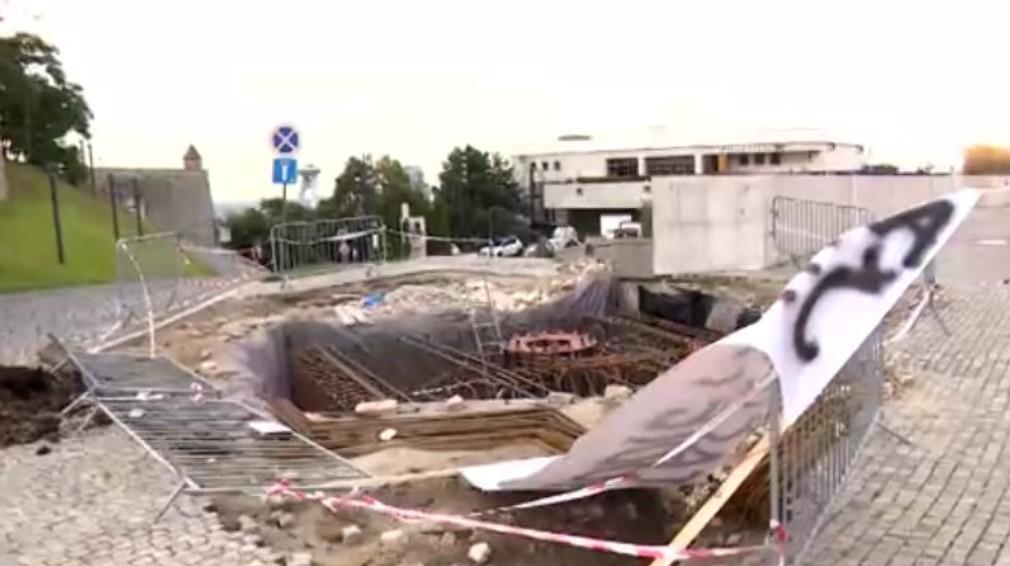 Farmári vysypali pred budovu NR SR hnoj. Reagujú tak na stavbu Dankovho stožiara