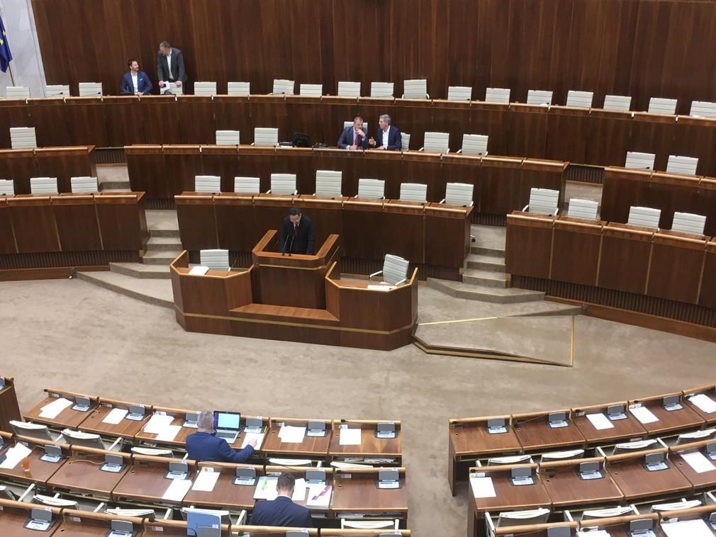 Parlament začal rokovania o zákone roka. V sále je prítomných len zhruba 20 poslancov