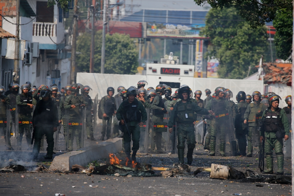 Traja venezuelskí vojaci dezertovali. O pomoc požiadali Kolumbiu