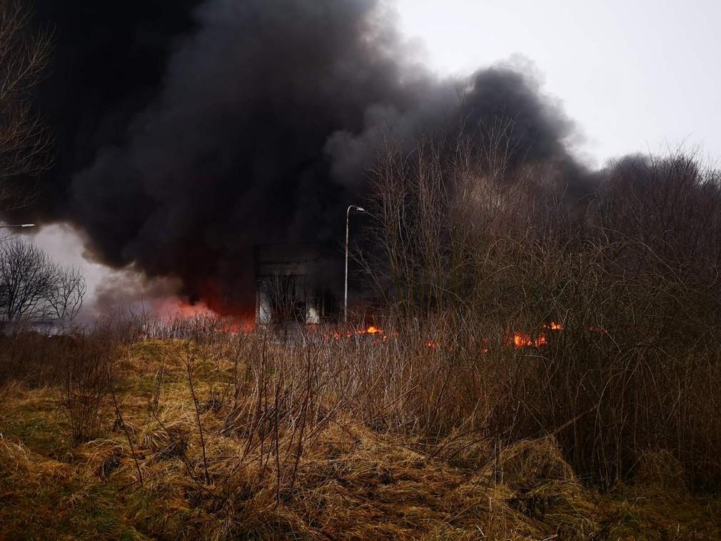 Po viac ako 24 hodinách dostali hasiči požiar v Šuranoch pod kontrolu. Pozrite sa, akú spúšť narobil
