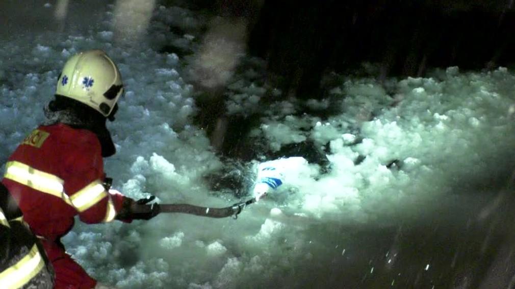 Nočný pád do rieky. Záchranári pomáhali mužovi z ľadovej vody