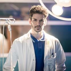Noël Czuczor v seriáli Za sklom a v novom seriáli Nemocnica