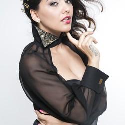 Mamba Dasha Šarkózyová v šatách od MOLA fashion