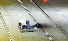 Na Obchodnej ulici v Bratislave znova došlo k brutálnemu napadnutiu. Celý incident zachytávajú bezpečnostné kamery. 29-ročného muža pred jednou z prevádzok s občerstvením napadol 17-ročný mladík. #bratislava #obchodna #policia #dement