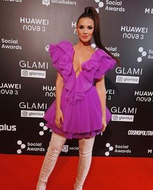 Kým zadok reality hviezdy Kim Kardashian občas vyzerá v obtiahnutých nohaviciach ako lodný kufor, speváčka J-Lo presne vie, čo si má neho.