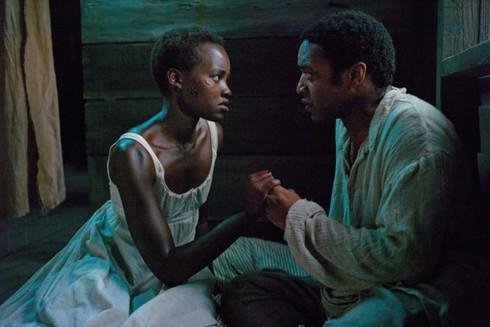 Lupita Nyong'o a Chiwetel Ejiofor vo filme 12 rokov otrokom.