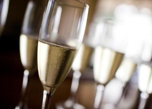 Aj keď sa verí, že Dom Pérignon vytvoril šampanské v roku 1697, tento alkoholický nápoj bol v skutočnosti vytvorený dlho predtým, než ho slávny mních preslávil. Kým šampanské bolo prvýkrát vyrobené vo francúzskom regióne Champagne, verí sa, že britský lek