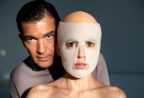 Antonio Banderas vo filme Koža, v ktorej žijem