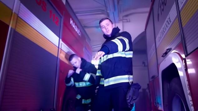 06e5c3a2c867d Pesnička, ktorá valcuje internet: Hit hasičov si budete spievať aj vy!