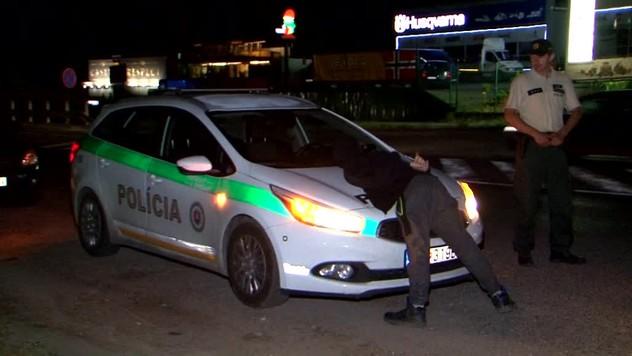 eb44b2b6e6 Počas nočnej razie v Ružomberku policajti zaistili v aute podozrivú bielu  látku v striekačkách