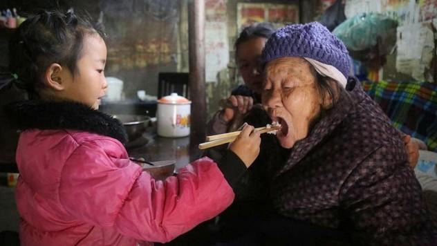 817e434b1e688 FOTO 5-ročnej hrdinky: O chorú babičku aj prababičku sa stará úplne sama
