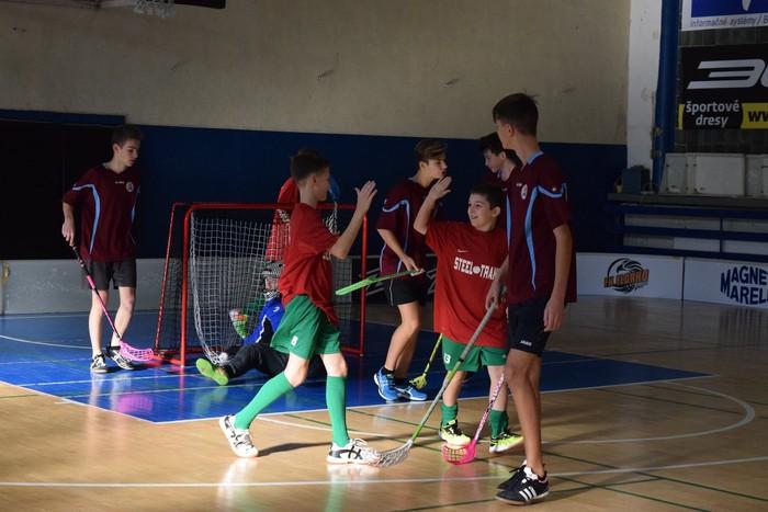 Žiaci zo základných škôl v Košickom kraji trénujú na florbalové zápasy