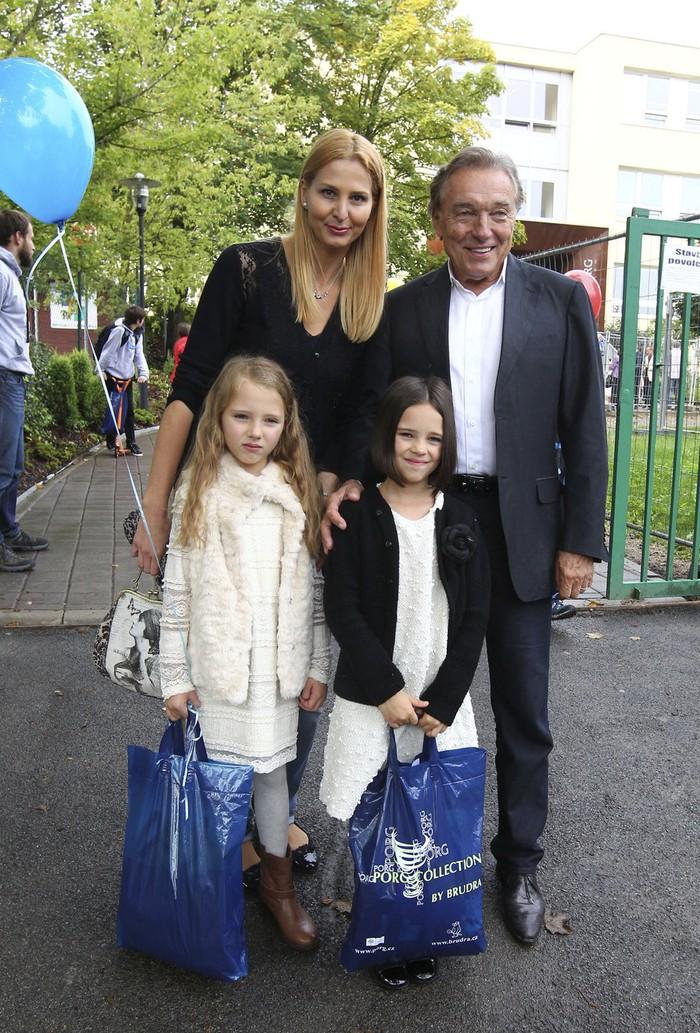 S manželom Karlom a dcérkami.