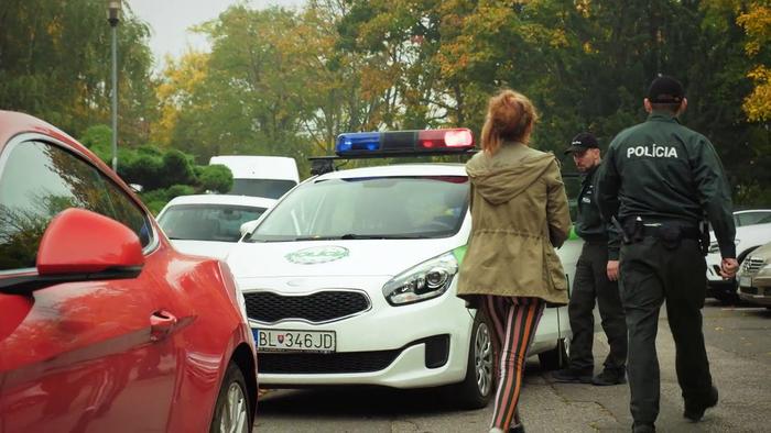 Lea odchádza na policajnom aute