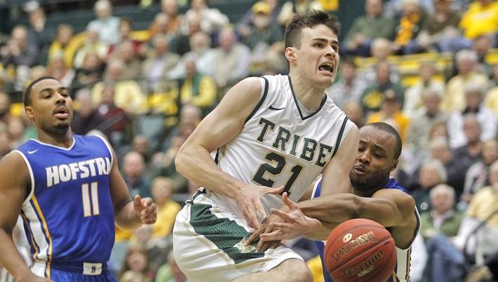 d5a035587a4bb Hviezdou sobotňajšieho zápasu univerzitnej americkej súťaže basketbalistov  (NCAA) sa stal slovenský reprezentant Oliver Tot. Ten rozhodol o triumfe  jeho ...