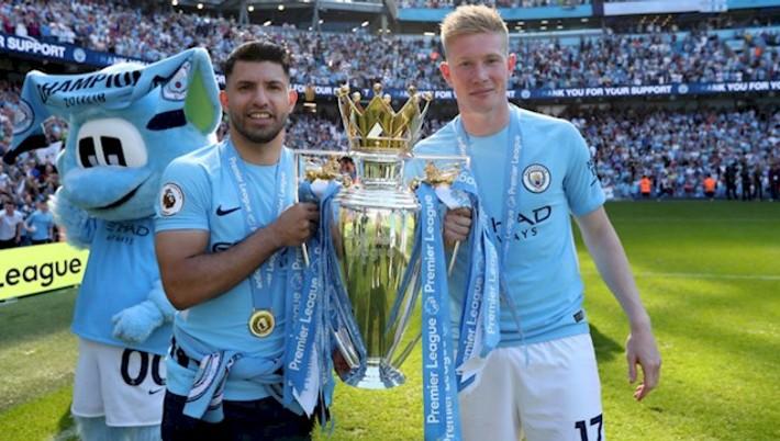 97a59d34a Tri trofeje za sezónu sa nepodarí získať často a Manchester City preto  tento úspech patrične oslavuje. Okrem ligového triumfu sa tešil aj z  ovládnutia dvoch ...