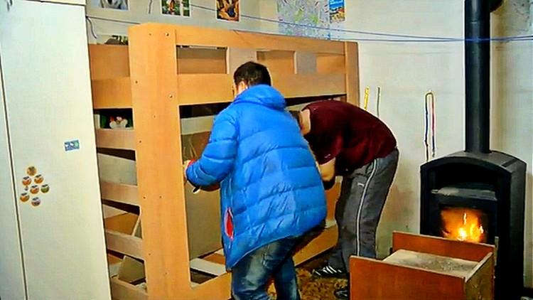 Pomoc, poschodové postele, Alena