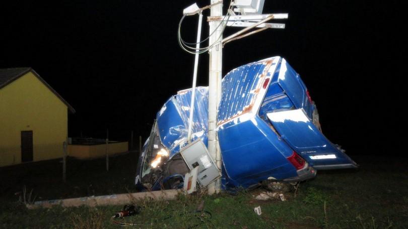 a8ff40d19f Tragická nehoda pri Trebišove. Mladík (†19) narazil do betónových stĺpov