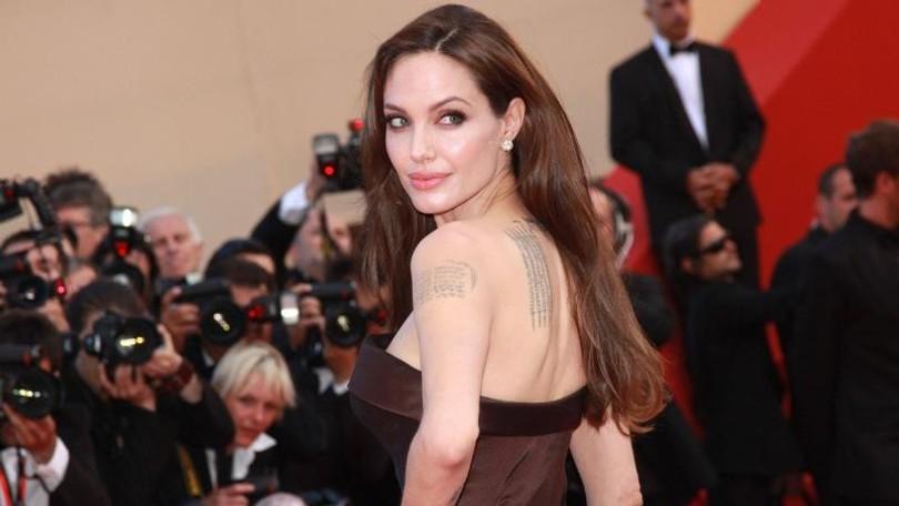 6ef316e1d938 Angelina Jolie prekvapila novým strihom  Dlhé vlasy sú preč