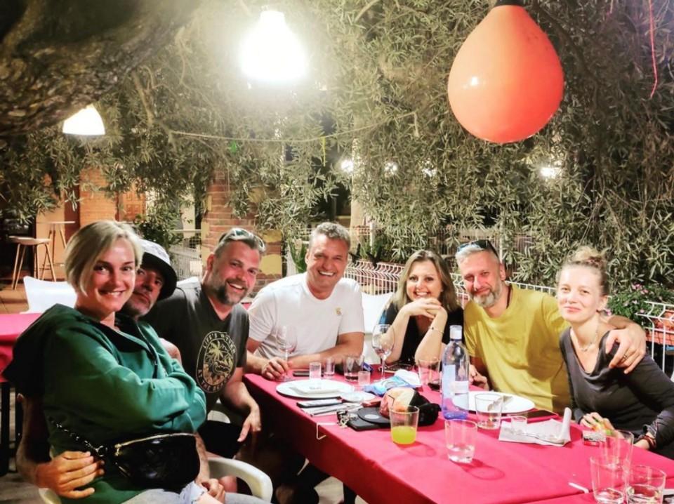 Monika Hilmerová, Jaro Bekr, Evita Twardzik s manželom a Marcel Forgáč s priateľmi