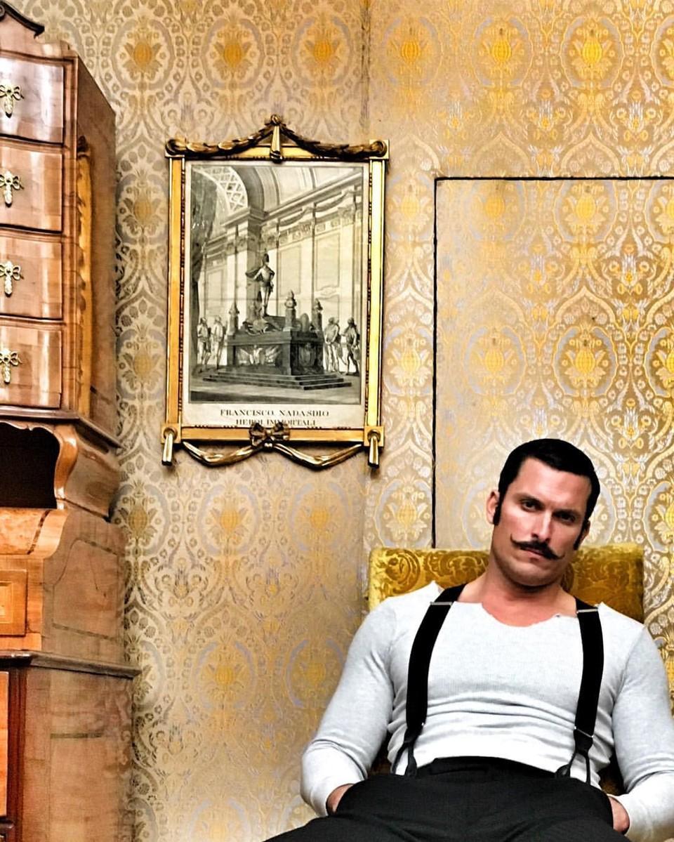 1890 - Ján Kolenik a jeho zbierka fotiek z nakrúcania na Betliari.jpg
